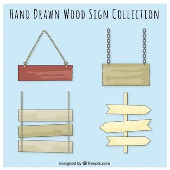 手が描かれた四つの木製看板