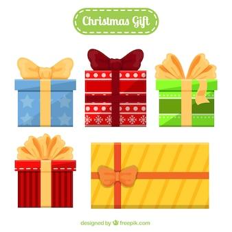 さまざまなサイズとデザインのフラットクリスマスの贈り物