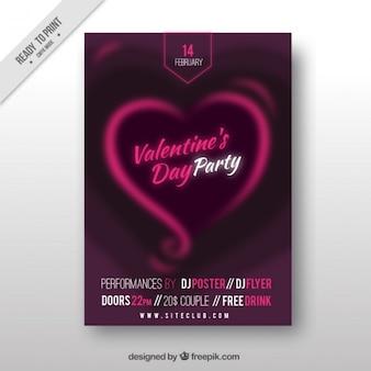 抽象的な心を持つ紫色のバレンタインデーのポスター