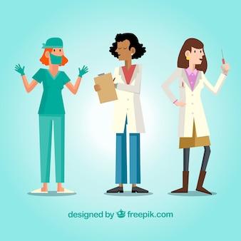 クリップボード、ワクチン、マスクを持つ女性医師