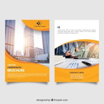黄色い波状のビジネスパンフレット