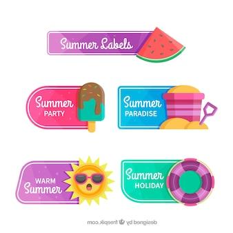 フラットスタイルのビーチ要素でカラフルな夏のラベルのセット