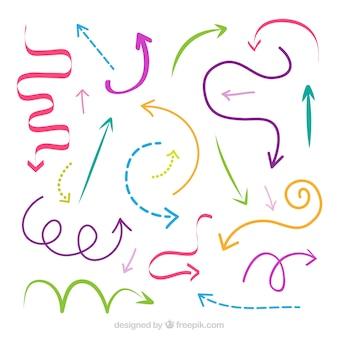 手描きのスタイルでマークするカラフルな矢印のセット
