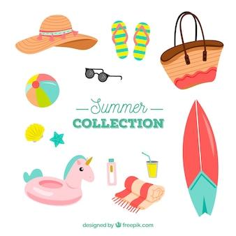 手描きのスタイルで服を着た夏の要素のセット
