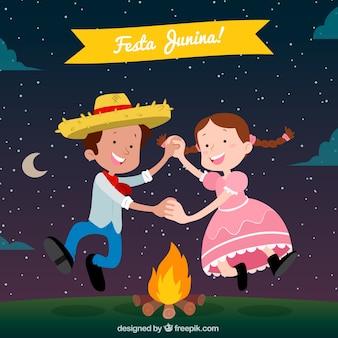 子供たちと一緒にフェスタジュニアの背景を踊る