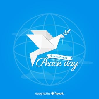 折り紙スタイルの白い鳩で国際平和の日のコンセプト