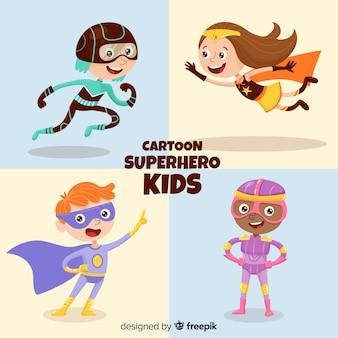 スーパーヒーローとして服を着た子供のセット