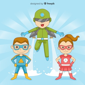 スーパーヒーローとして服を着た子供のパック