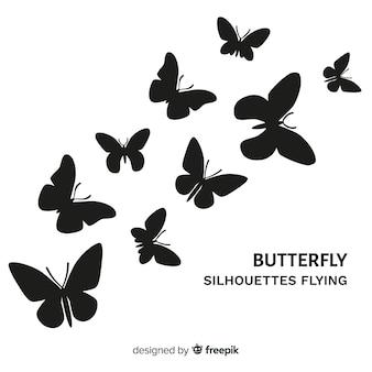 背景を飛んでいる蝶