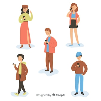 Ручной обращается молодые люди, держащие смартфоны