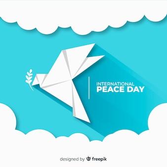 折り紙の平和の日と鳩のモダンなコンセプト