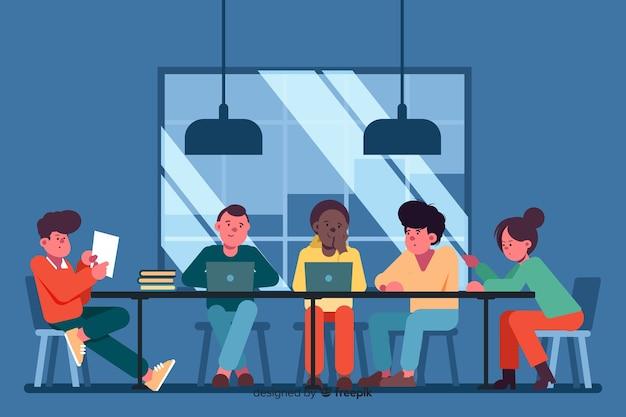 Офисные работники вместе проводят мозговой штурм