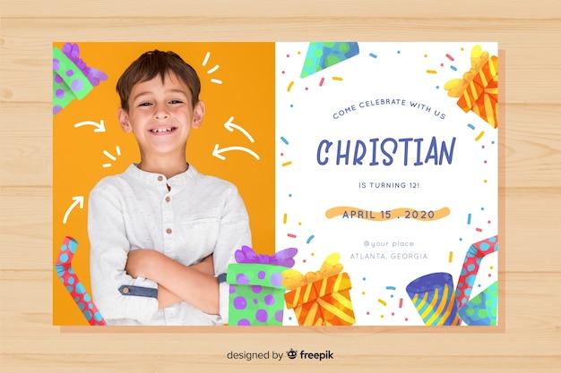 写真を持つ少年テンプレートの子供の誕生日の招待状