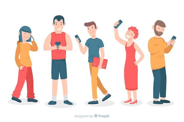 Молодые люди держат смартфоны
