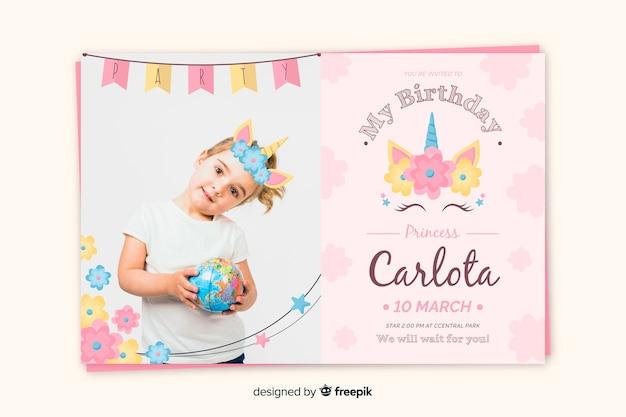 若い女の子と誕生日の招待状のテンプレート