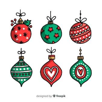 白い背景の上のクリスマスボールの様々な