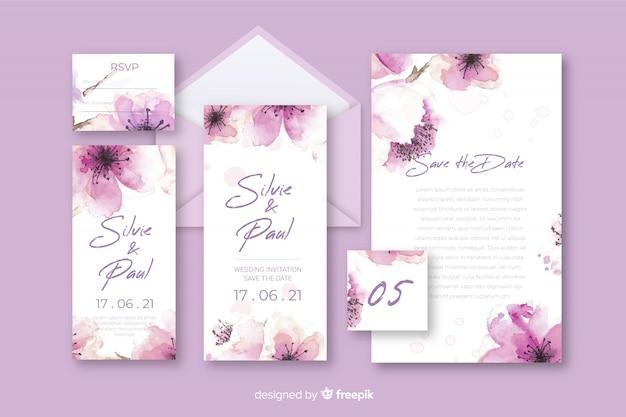 文房具の花の手紙と紫の色合いの結婚式の封筒