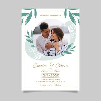 婚約中のカップルの写真を結婚式の招待状のテンプレート