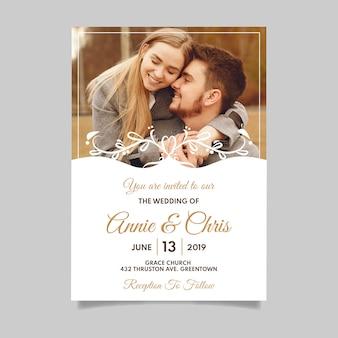 婚約中のカップルの写真と結婚式の招待状