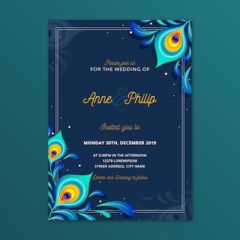 孔雀の羽を持つ結婚式の招待状のテンプレート