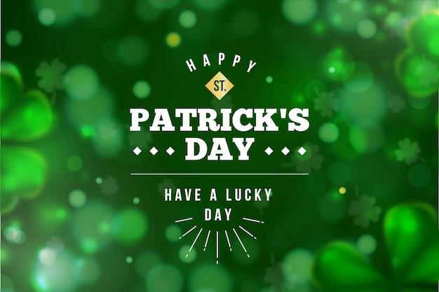 ぼやけた緑のクローバーには幸運な聖があります。パトリックの日