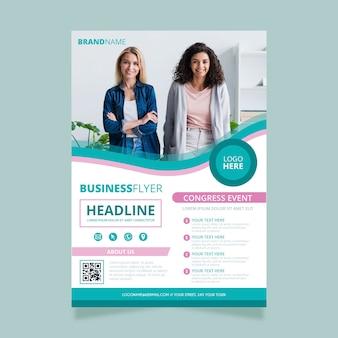 ビジネスの女性とチラシ
