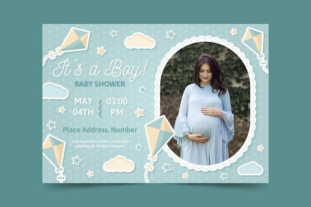 妊娠中のお母さんの写真とベビーシャワーの招待状のテンプレート