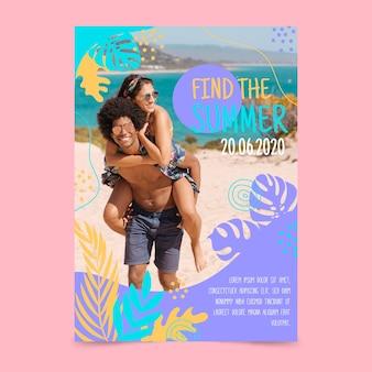 夏のパーティーのポスターとビーチでカップル