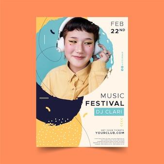 ヘッドフォンの音楽イベントのポスターテンプレートを持つ女性