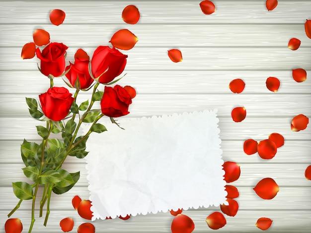 木材の背景に赤いバラ。
