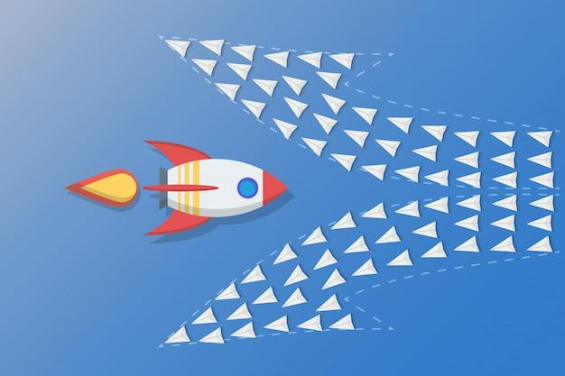 Лидерство, командная работа и различные концепции мышления, ракета летит в другом направлении с бумажными самолетами