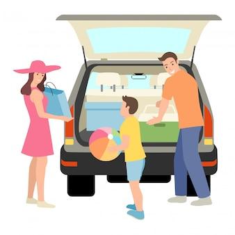 Семья упаковывает вещи в багажник машины