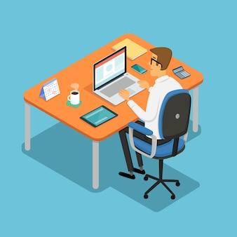 Человек, работающий на своем столе