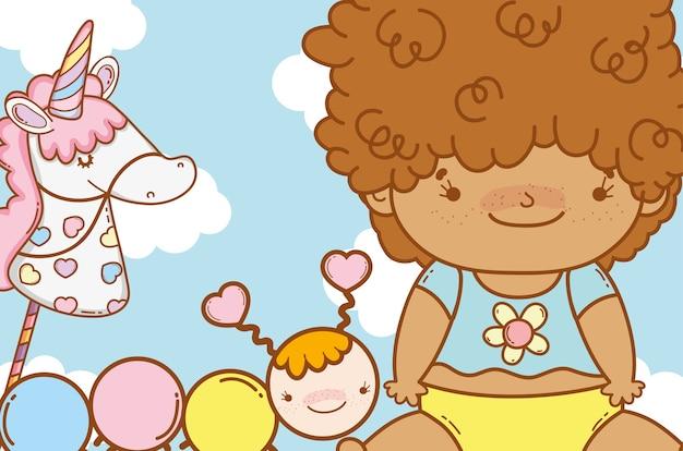 ユニコーンのおもちゃとワームを持つ赤ちゃん