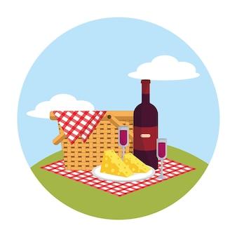 テーブルクロスの装飾のワインとガラスのバスケット