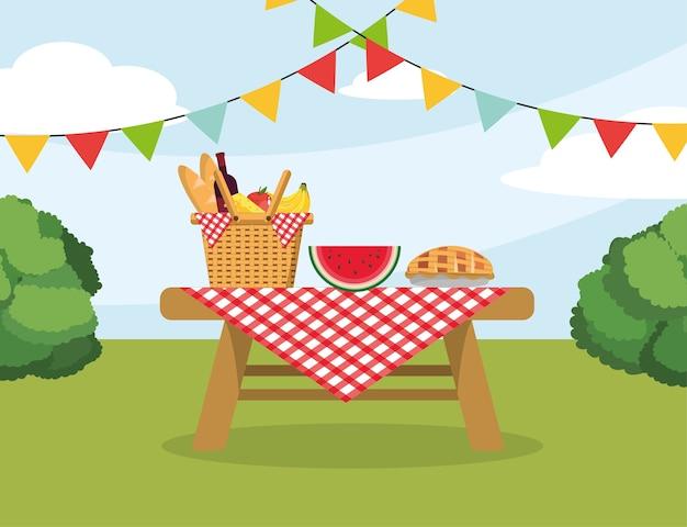 テーブルクロスの装飾をしたテーブルに食べ物を入れたバスケット