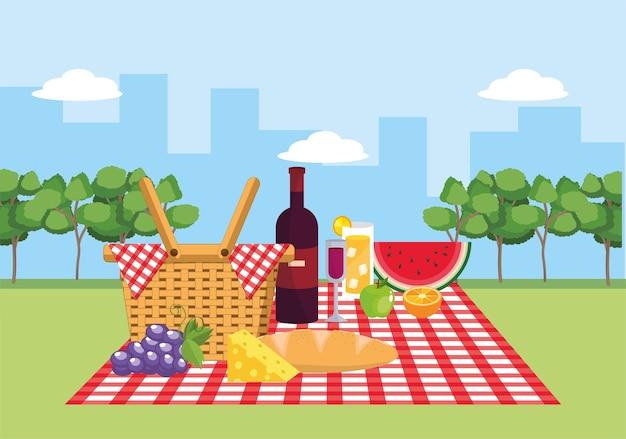 テーブルクロスの装飾のワインと果物のバスケット