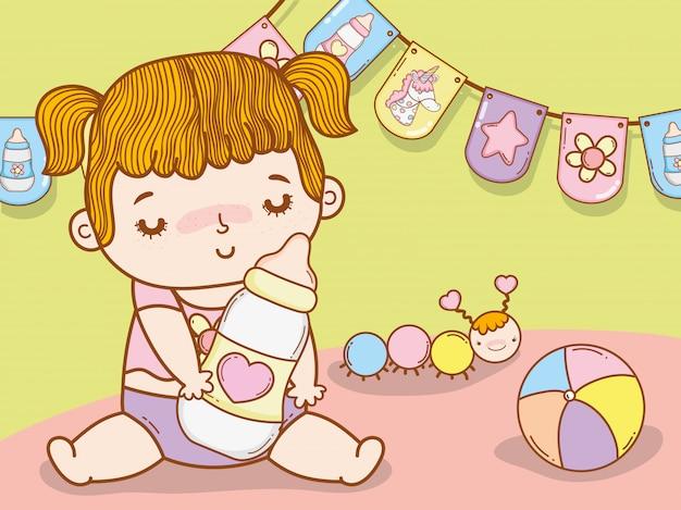 哺乳瓶とワームを持つ赤ちゃんの女の子