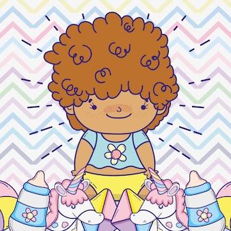 哺乳瓶とおもちゃを持つ赤ちゃん