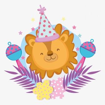 パーティーの帽子をしたライオンとベビーシャワーへのガラガラ
