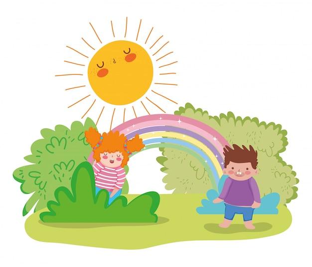 太陽と茂みで楽しむ少女と少年