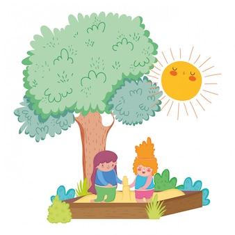 木と太陽と砂の中で遊んでいる女の子