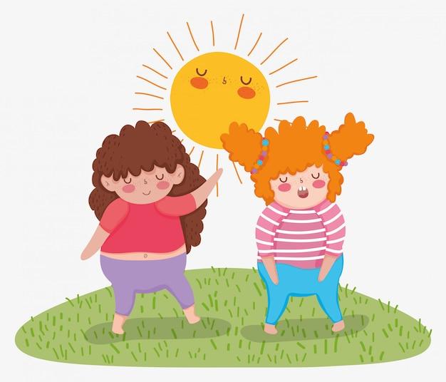 太陽で楽しむかわいい女の子の友達