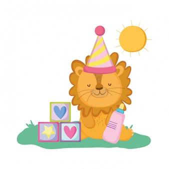 Милый и маленький лев в праздничной шапке