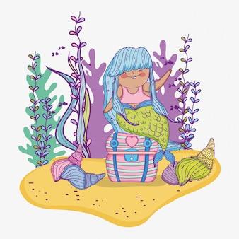 Русалка женщина с ветвями листьев и раковин