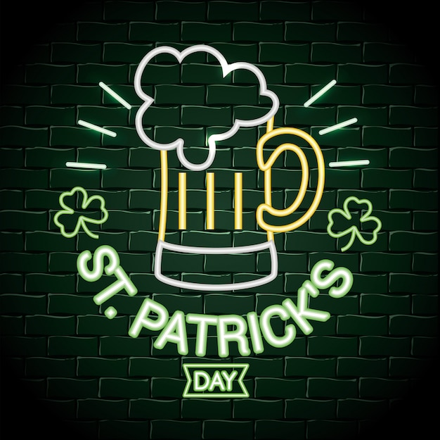 聖パトリックのお祝いにクローバーネオンラベルの付いたビールグラス