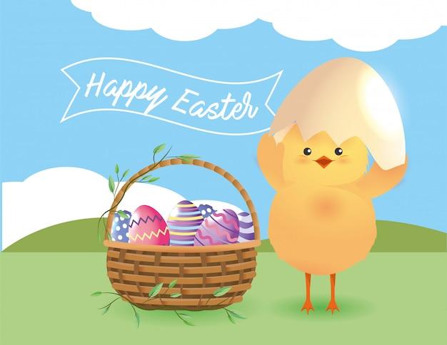 Цыпленок с разбитым яйцом и пасхальные яйца внутри корзины