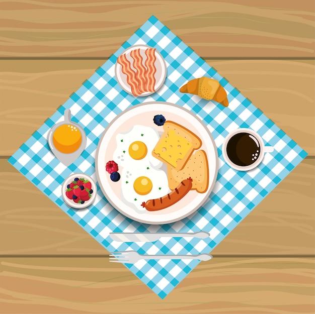 Яичница с колбасой и беконом на завтрак