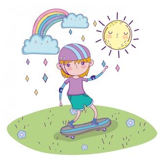 かわいい男の子のヘルメットを着用し、スケートボードに乗る