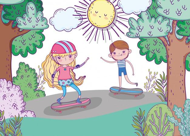 かわいい子供たちはヘルメットとスケートボードを遊ぶ